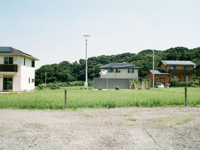 南側から撮影 隣接に新築住宅あり