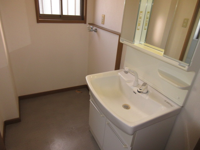 二階にも洗面室がありますが 改造で収納室にもなります。